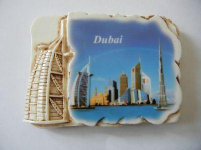 Каменный магнитик с панорамой Дубая.